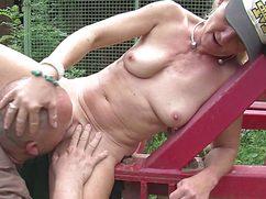 Жирный дедуган трахается с женой на даче