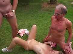 Молодая шалунья трахается с двумя стариками