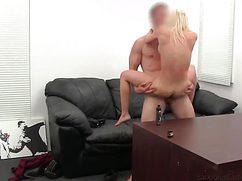 В импровизированной студии блонда пробуется в порно