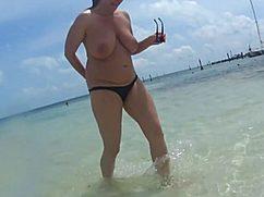 Большие сиськи на пляже загорали под солнышком