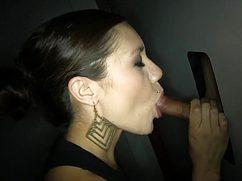 Черноволосая цыпа облизывает пенис незнакомца