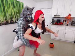 Волк трахает Красную Шапочку на одноименном празднике