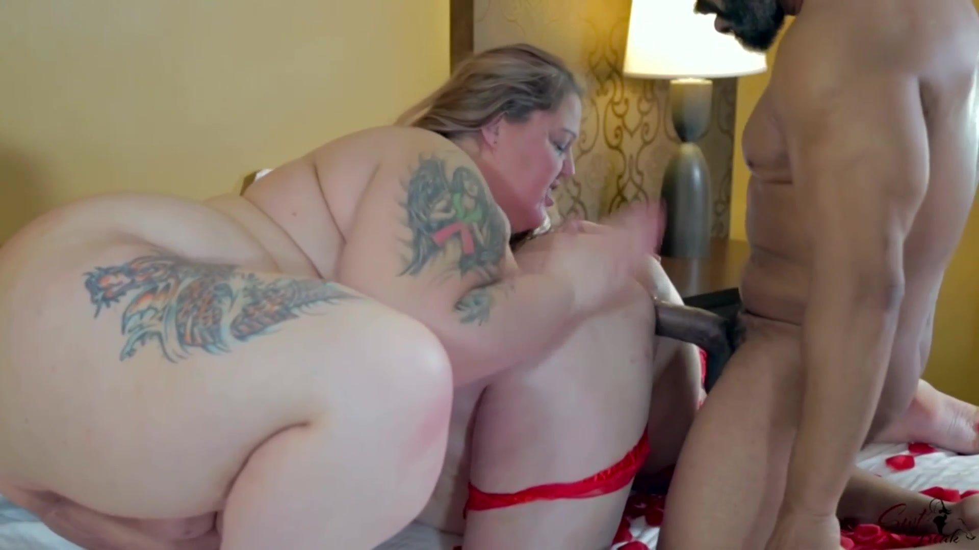 Приятный негр ебет жирных баб своим навостренным пенисом