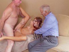 Обнаженная девушка трахается со стариками