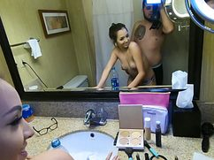 Горячий ловелас потрахал дырочку в ванной
