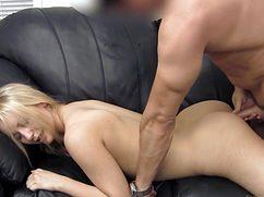 Расположившись на диване блондинка дала на кастинге