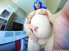 Неординарная домохозяйка кончила от мастурбации