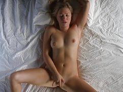 Симпатичная девушка мастурбирует на белоснежной кровати