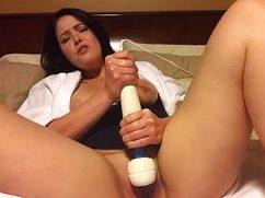 Страстная дама развлекается секс игрушками