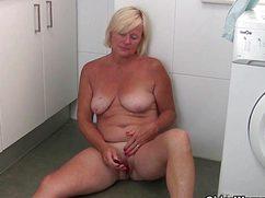 Сидит на полу голая мастурбирующая бабка