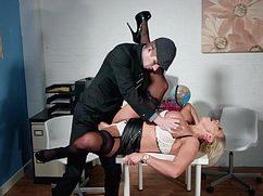 Похотливый самец шикарно поимел секретаршу в приёмистую киску