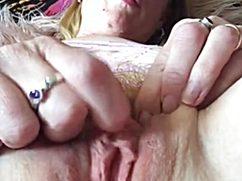 Дама знает что делает и пальцем дрочит клитор