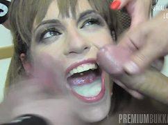 Девушке по очереди спускают в рот густую сперму