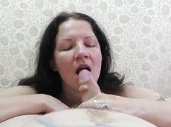 Опытной бабе дал в рот короткий член с шишкой