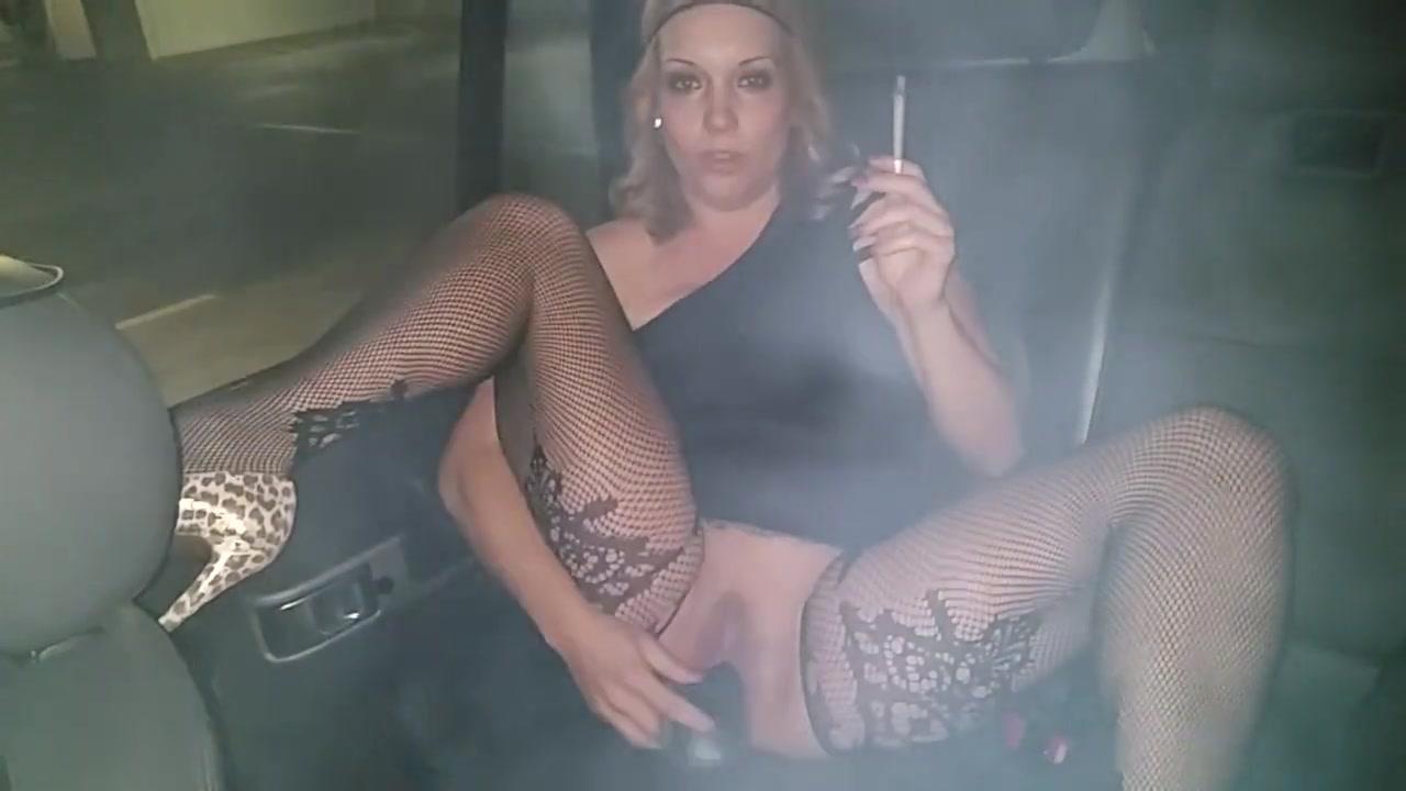 Мама курит на кухне