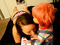Горячая потаскуха отсосала пенис куклы Чаки