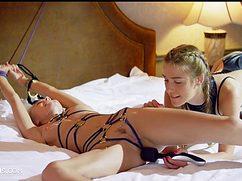Стройная чика трахает связанную подругу на кровати