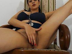 Шальная цыпочка мастурбирует на деревянном кресле