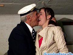 Мажорный дед трахает девушку в ватрушечку