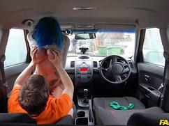Инструктору по вождению дает в жопу в машине