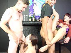 Умелые парни поделили девок между собой в баре