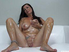 Самец смотрит на голое тело женщины в возрасте