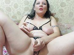 Курящая женщина развлекает мясистую писю