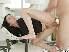 Замужняя брюнетка присела на пенис курьера