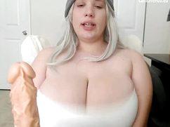 Перед вебкамерой светловолосая баба показала огромные дойки