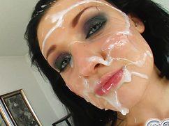 Мускулистые скакуны обкончали лицо девушки