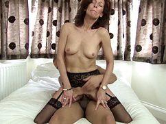 Активный сосед ебет женщину в возрасте на кровати