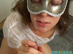 Черноволосая дамочка любит глотать сперму мужа