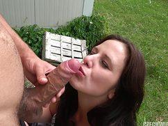 Симпатичная брюнетка взяла в рот на улице