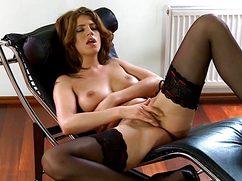 Красотка в чулочках мастурбирует голодную кисочку