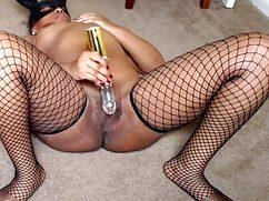 Мулатка подрочила киску крупной секс игрушкой
