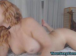Стройная девушка мастурбирует намокшую кисочку