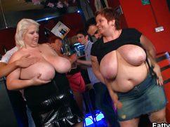 Жирные бабы в баре танцуют стриптиз и не комплексуют