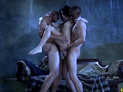 Стройная девушка трахнулась в два члена с самцами