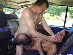 Пузатый семьянин трахнул шалаву в машине