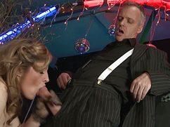 Чувачок в костюме оттрахал девушку в баре