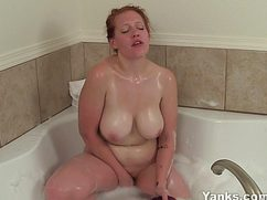 Толстушка с большими сиськами дрочит голая в ванной