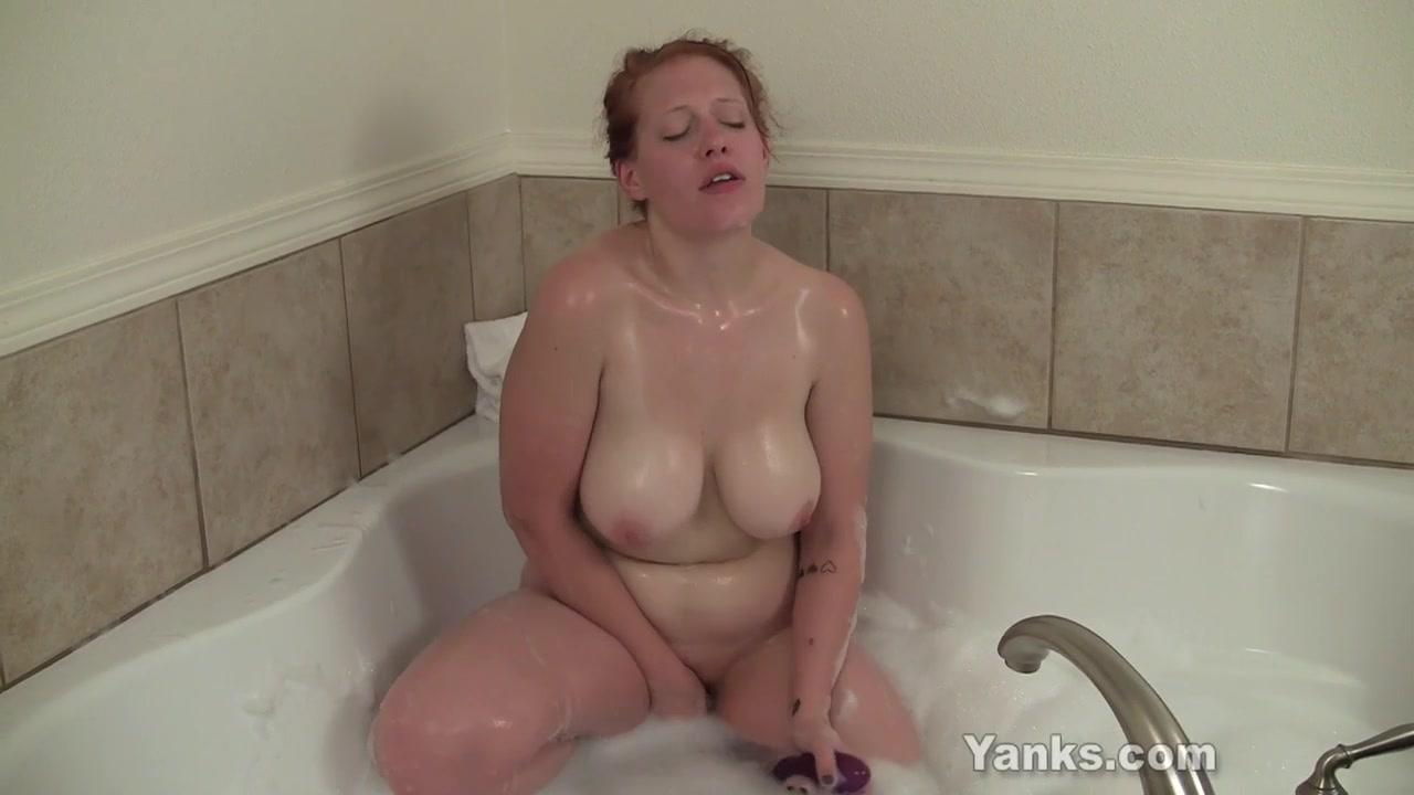 Массажистка сделала девушке куннилингус после совместной ванны
