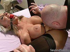 Мужик трахает медсестру, предварительно выпоров плеткой