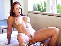 Очень сексуальная дамочка с большой грудью раздвинула ножки