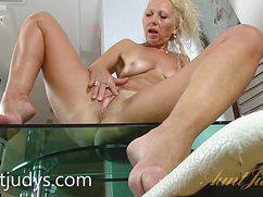 Жгучая блондинка активно ебет свою дырку и кончает