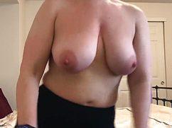 На вебкамеру толстушка показала сиськи крупного размера