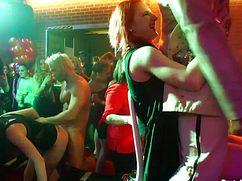 Между телками и мужланами произошла секс оргия в ночном клубе