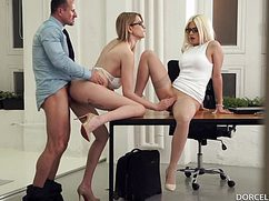 Строгий начальник сношает двух секси секретарш
