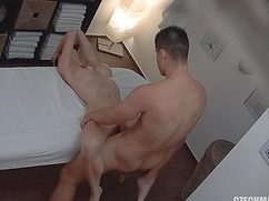 Заняв удобную позицию девушка дала массажисту