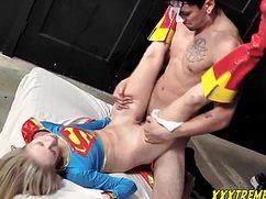 Прикрыв глаза мужчина страстно трахает суперменшу